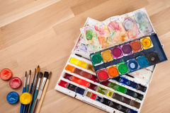 Fondo creativo hecho de las herramientas del arte para pintar Fotografía de archivo libre de regalías
