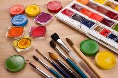 Fondo creativo hecho de las herramientas del arte para pintar Fotos de archivo