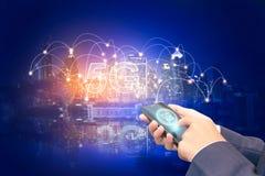 Fondo creativo, mano masculina que sostiene un tel?fono con un holograma 5G en el fondo de la ciudad imagen de archivo libre de regalías