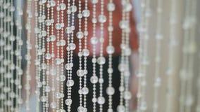 Fondo cristalino brillante Colgantes cristalinos Piedras cristalinas Cámara lenta Foco liso almacen de metraje de vídeo