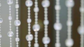 Fondo cristalino brillante Colgantes cristalinos Piedras cristalinas Cámara lenta Foco liso almacen de video