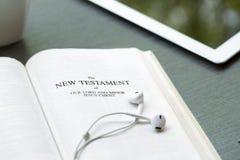 Fondo cristiano di una bibbia e di un ipad Fotografie Stock Libere da Diritti