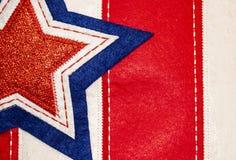 Fondo cucito della stella sulle bande - fondo rosso o elemento patriottico bianco e blu- del tessuto di festa Immagini Stock Libere da Diritti