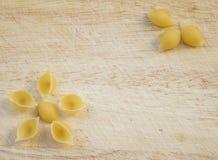 Fondo culinario con las pastas del conchiglie Imagen de archivo libre de regalías