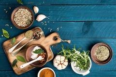 Fondo culinario con le spezie sulla tavola di legno fotografie stock libere da diritti