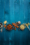 Fondo culinario con le varie spezie fotografie stock
