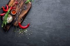 Fondo culinario con uno spazio per un testo Composizione piana di disposizione dei peperoncini, dei rosmarini, delle spezie e deg Fotografia Stock