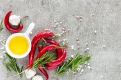 Fondo culinario con uno spazio per un testo, una composizione piana di disposizione di olio, i peperoncini, i rosmarini, un aglio Fotografia Stock