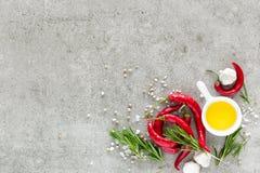 Fondo culinario con uno spazio per un testo, una composizione piana di disposizione di olio, i peperoncini, i rosmarini, un aglio Fotografie Stock Libere da Diritti