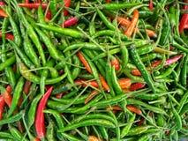 Fondo culinario de chiles rojos verdes calientes frescos Imágenes de archivo libres de regalías