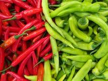 Fondo culinario dei peperoncini rossi rossi verdi caldi freschi Fotografia Stock