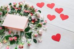 Fondo, cuori, carta e fiori di giorno di S. Valentino su legno bianco Fotografia Stock Libera da Diritti