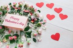 Fondo, cuori, carta e fiori di giorno di S. Valentino su legno bianco Immagine Stock Libera da Diritti