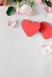 Fondo, cuori e fiori di giorno di S. Valentino su legno bianco Fotografia Stock