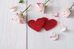 Fondo, cuori e fiori di giorno di S. Valentino su legno bianco Fotografie Stock
