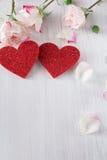 Fondo, cuori e fiori di giorno di S. Valentino su legno bianco Fotografie Stock Libere da Diritti