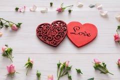 Fondo, cuori e fiori di giorno di S. Valentino su legno bianco Fotografia Stock Libera da Diritti