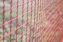 Fondo d'acciaio di griglia rossa, fondo netto del metallo, testo del nastro metallico Fotografia Stock Libera da Diritti