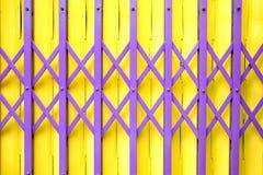 Fondo d'acciaio giallo della porta di allungamento Fotografie Stock Libere da Diritti