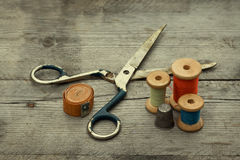 Fondo d'annata con gli strumenti di cucito. Fotografie Stock Libere da Diritti