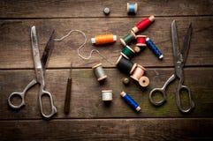 Fondo d'annata con gli strumenti di cucito e colorato Immagine Stock