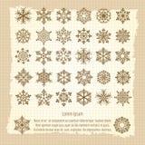 Fondo d'annata con i fiocchi di neve messi illustrazione di stock