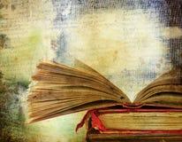 Fondo d'annata con i vecchi libri immagini stock libere da diritti