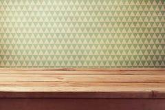 Fondo d'annata con la tavola di legno vuota sopra la carta da parati fotografia stock libera da diritti