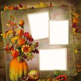 Fondo d'annata con le strutture, mazzo delle foglie di autunno e bacche in un vaso dalla zucca Fotografia Stock