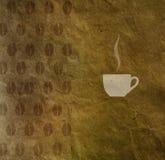 Fondo d'annata con un modello dei chicchi di caffè e della tazza di caffè Fotografia Stock Libera da Diritti
