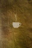 Fondo d'annata con un modello dei chicchi di caffè e della tazza di caffè Immagine Stock Libera da Diritti