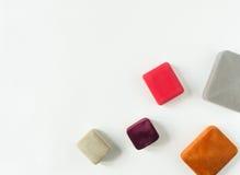 Fondo d'annata dei gioielli Contenitori di gioielli d'annata multicolori su fondo bianco Disposizione piana, vista superiore con  Fotografia Stock Libera da Diritti