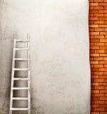 Fondo d'annata del muro di mattoni con la scala di legno Fotografia Stock Libera da Diritti
