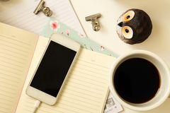 Fondo d'annata del telefono, del caffè, del taccuino e del gufo di vista superiore Fotografia Stock