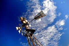 Fondo d'annata dell'estratto del mulino a vento del cielo blu Immagine Stock Libera da Diritti