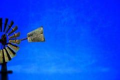 Fondo d'annata dell'estratto del mulino a vento del cielo blu Immagini Stock