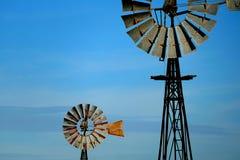 Fondo d'annata dell'estratto del mulino a vento del cielo blu Fotografia Stock