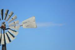 Fondo d'annata dell'estratto del mulino a vento del cielo blu Fotografie Stock