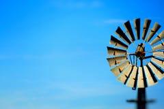 Fondo d'annata dell'estratto del mulino a vento del cielo blu Immagine Stock