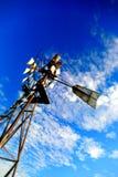 Fondo d'annata dell'estratto del mulino a vento del cielo blu Fotografia Stock Libera da Diritti