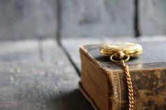 Fondo d'annata della scuola con l'orologio da tasca ed il libro Immagine Stock