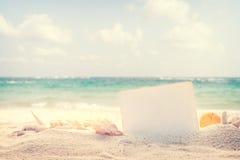 Fondo d'annata della spiaggia di estate con la sabbia Immagini Stock