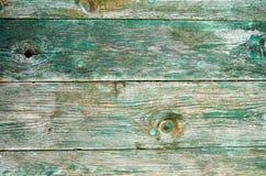 Fondo d'annata marrone verde di legno di struttura Superficie invecchiata di legno di struttura con i nodi ed i fori di chiodo Fotografia Stock