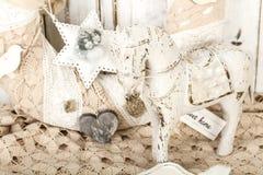 Fondo d'annata romantico con il cavallo di legno ed il vecchio pizzo Fotografie Stock Libere da Diritti