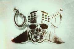 Fondo d'annata, stampa del manifesto del coltello trasversale capo del cranio vecchia fotografia stock libera da diritti