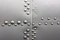 Fondo d'argento grigio Grungy della parete del ribattino del metallo Immagine Stock Libera da Diritti