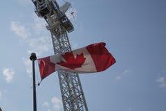 Fondo d'ondeggiamento della gru della bandiera canadese nazionale Fotografie Stock