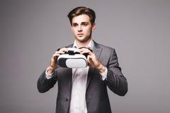 Fondo d'uso di gray degli occhiali di protezione di realtà virtuale dell'uomo bello Fotografie Stock Libere da Diritti