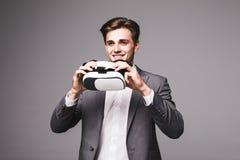 Fondo d'uso di gray degli occhiali di protezione di realtà virtuale dell'uomo bello Immagini Stock Libere da Diritti