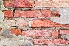 Fondo dañado fractura vieja de la pared de ladrillo Imagen de archivo libre de regalías